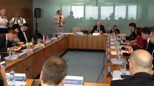 Kristof Bender presenting. Photo: ESI